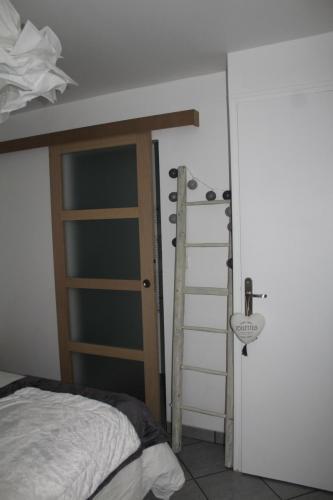 Porte de la salle de douche et porte de WC dans le coin chambre