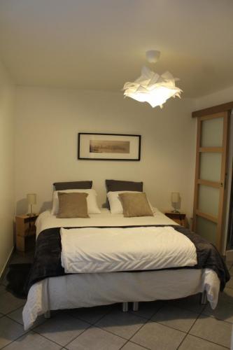 Coin chambre avec configuration d'un lit de 160