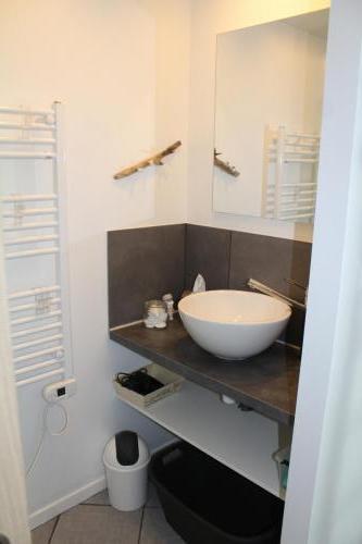 Lavabo dans la salle de douche